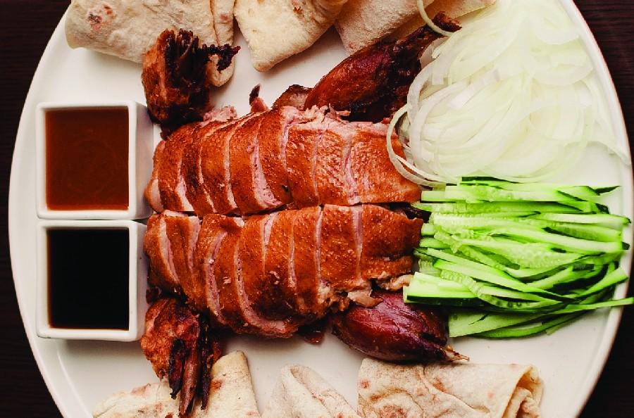 Попробовать настоящую утку по-пекински можно в ресторанах, где есть туристический аттракцион под названием «утиный банкет»