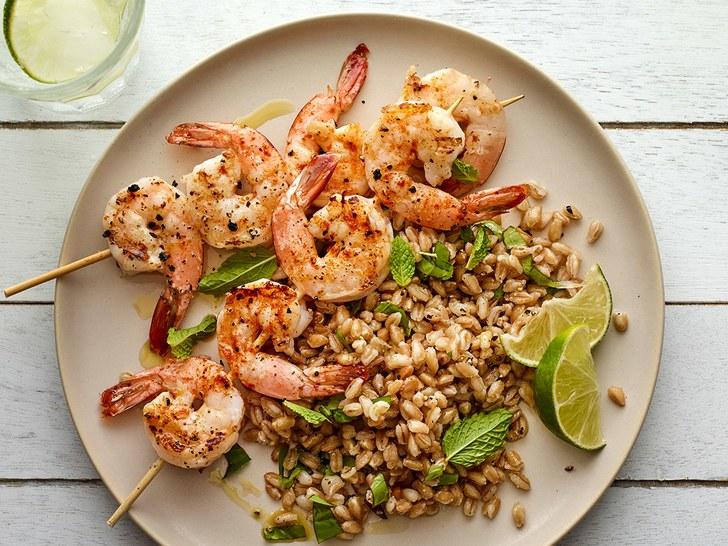 Фарро хорошо сочетается как с морепродуктами и овощами, так и ягодами.